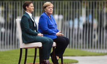 Ο «γρίφος» της καρέκλας και η Μέρκελ – Τι έχει τελικά η Γερμανίδα Καγκελάριος; (pics+vids)