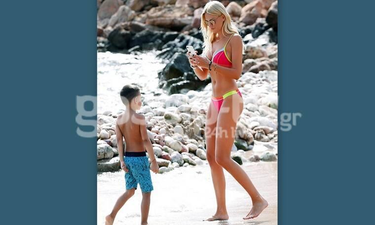 Μια μαμά με κορμί που μαγνητίζει το βλέμμα – Στην παραλία με τον γιο της (photos)