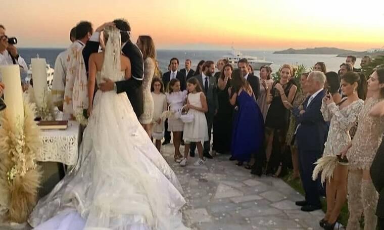 Λαμπερός γάμος στη Μύκονο! Η άφιξη της νύφης και οι επώνυμοι καλεσμένοι! (photos)
