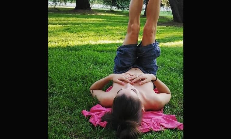 Πήγε βόλτα στο πάρκο και είπε να ξαπλώσει... topless! (photos)
