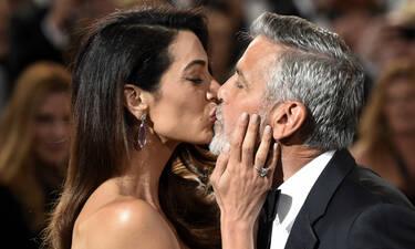 H Amal Clooney γιόρτασε την πέμπτη επέτειο γάμου της με το πιο καυτό μίνι και είμαστε άφωνες