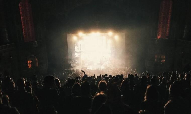 ΣΟΚ σε συναυλία πασίγνωστου τραγουδιστή: Κατέρρευσε ενώ τραγουδούσε – «Εύθραυστη» η υγεία του (pic)