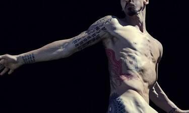 O πασίγνωστος ποδοσφαιριστής που φωτογραφήθηκε γυμνός! (pics+vids)