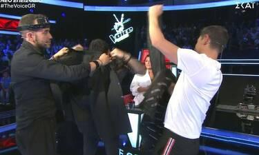 The Voice: Γνωστός τραγουδιστής πήγε στο παιχνίδι και οι κριτές τον έγδυσαν on stage (pics&vid)