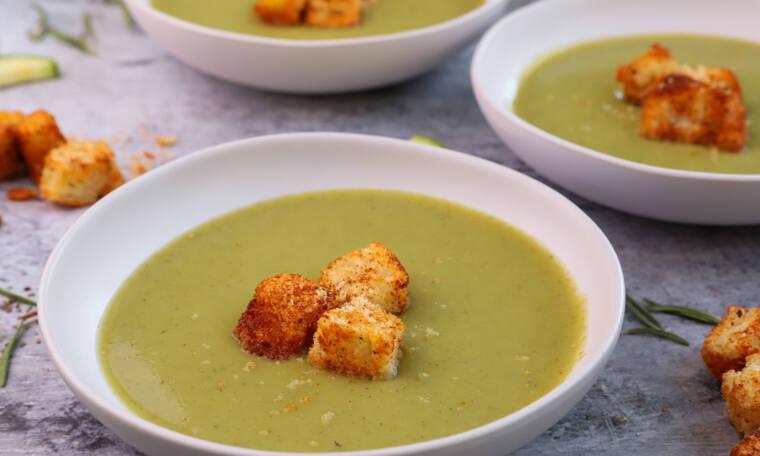 Με αυτή τη σούπα με κολοκυθάκια θα ξετρελαθείς!