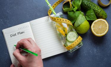 Πίνετε νερό με λεμόνι καθημερινά; Τι πραγματικά θα συμβεί στο σώμα σας; (video)