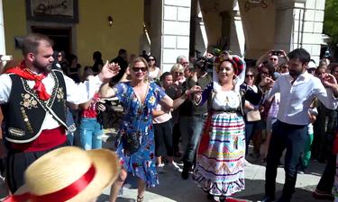 8 Λέξεις: H Μπρουκ έφτασε στην Κέρκυρα για γυρίσματα και χόρεψε παραδοσιακούς χορούς! (photos+video)