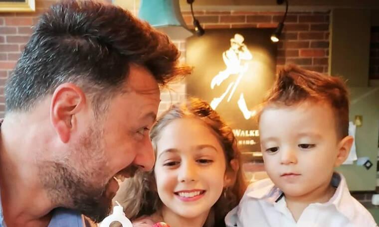 Μάνος Παπαγιάννης: «Τρώει» ξύλο από τον γιο του και το απολαμβάνει - Δείτε το απολαυστικό βίντεο