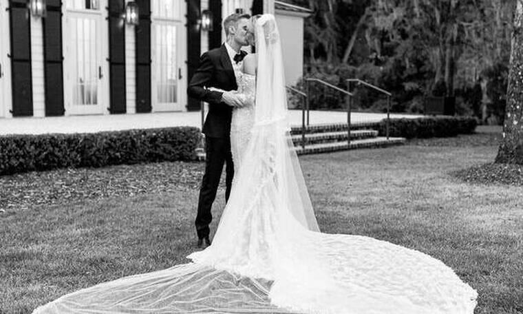 Όλοι είδαμε αυτή τη φωτογραφία από το γάμο τους αλλά κανείς δεν παρατήρησε τη λεπτομέρεια στο νυφικό