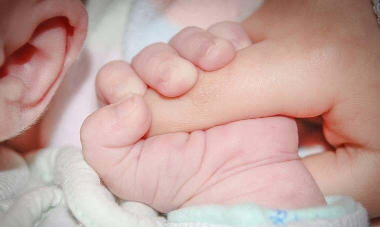 Τρόμος για μητέρα: Είδε στην κάμερα μωρό-φάντασμα στο κρεβάτι του μικρού της (pics)