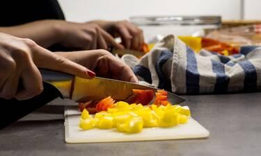 Η μαγείρισσα που «καίει» το διαδίκτυο – Δείτε πώς μαγειρεύει στα βίντεό της! (photos)