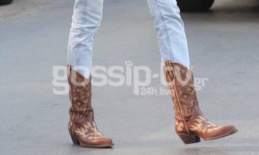 Μόνο η συγκεκριμένη παρουσιάστρια θα μπορούσε να εμφανιστεί με καουμπόικες μπότες στη Γλυφάδα (pics)