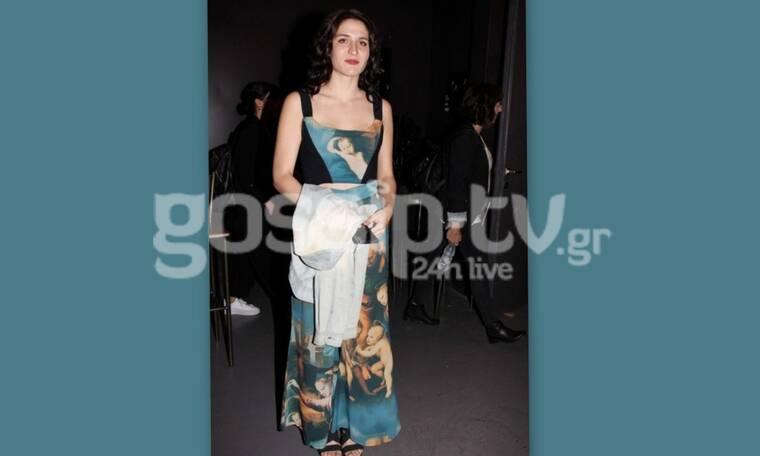 Είναι κόρη πασίγνωστου ηθοποιού και το φόρεμα της σε θεατρική πρεμιέρα τα… «σπάει» (Photos)