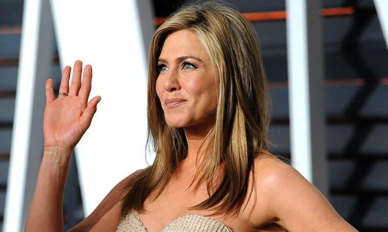 Jennifer Aniston: Όπως δεν την έχεις ξαναδεί – Με ατημέλητο look, παντόφλες & κάλτσες (photos)