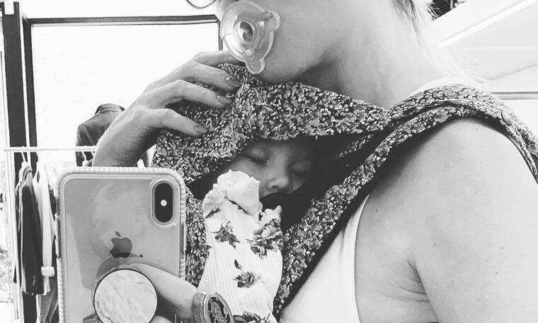 «Όταν το μωρό κοιμάται πάνω στην καρδιά σου... Αξία ανεκτίμητη» - Ποια διάσημη μαμά το ανέβασε;