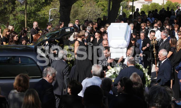 Κηδεία Σοφίας Κοκοσαλάκη: Σε κλίμα οδύνης το τελευταίο «αντίο» στη σχεδιάστρια (photos)
