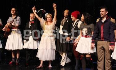 Του Κουτρούλη ο Γάμος: Λαμπερές παρουσίες στην πρεμιέρα της Σμαράγδας Καρύδη (photos)