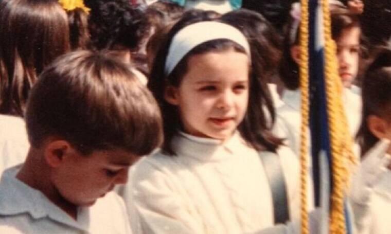 Το κοριτσάκι της φωτογραφίας είναι σήμερα πασίγνωστη Ελληνίδα παρουσιάστρια - Την αναγνωρίζετε;