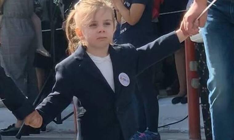 Η μικρούλα που κάνει παρέλαση έχει διάσημο μπαμπά και δεν πάει ο νους σας ποιος είναι! (photos)