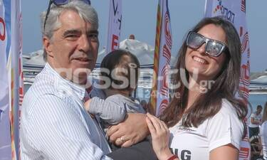 Κεδίκογλου: Στην παραλία με την σύζυγό του: Δεν μπορούσε να αφήσει τον γιο του από την αγκαλιά του!