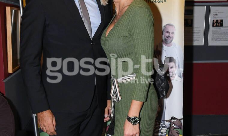 Σπάνια βραδινή έξοδος συνεργάτιδας της Ελένης Μενεγάκη με τον σύντροφό της στο θέατρο (photos)