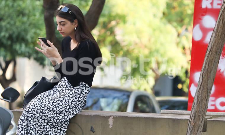 Ειρήνη Καζαριάν: Με ένα κινητό στο χέρι στο κέντρο της Αθήνας (photos)