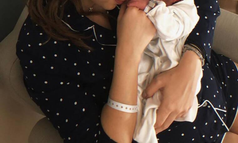 Ζευγάρι της showbiz απέκτησε το πρώτο του παιδί! Οι φωτογραφίες με το μωρό μέσα από το μαιευτήριο