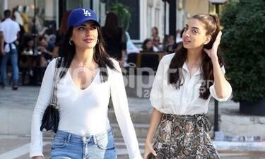Ειρήνη Καζαριάν: Χαλαρή βόλτα με την αδερφή της! Δεν σταμάτησε να φτιάχνει τα μαλλιά της (Photos)