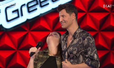 The Voice: Πήγε ο  Σάκης δίπλα της και την έκανε να λιποθυμήσει! Έγειρε στον ώμο του (Pics-Vid)