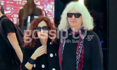 Ο Νίκος Καρβέλας και η σύντροφός του με ακριβώς ίδιο look για ψώνια (photos)