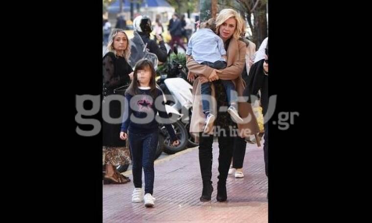 Κατερίνα Καραβάτου: Μια μαμά με τα όλα της! Τα ψηλοτάκουνα και η αγκαλιά στον γιο της (Photos)