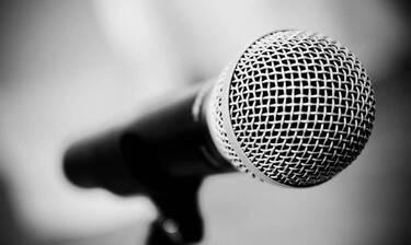 Σάλος: Πασίγνωστη τραγουδίστρια γδύθηκε στο κόκκινο χαλί για να διαμαρτυρηθεί