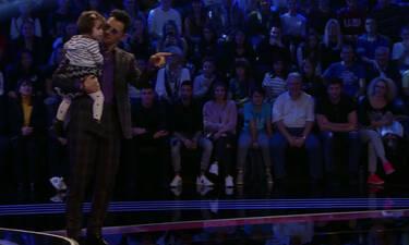 The Voice: Είχες απορίες για το πώς είναι ο Σάκης μπαμπάς; Το είδαμε κι αυτό! Απίστευτο σκηνικό!
