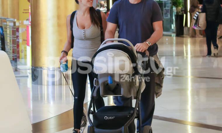 Ερωτευμένο ζευγάρι της ελληνικής σόουμπιζ στην πρώτη βόλτα του με το νεογέννητο γιο του (photos)