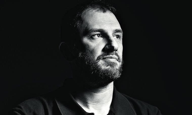"""Βασίλης Τσακίρογλου: «Χρειάστηκα περίπου έξι μήνες για να μετατρέψω το """"Λόγω τιμής"""" σε μυθιστόρημα»"""