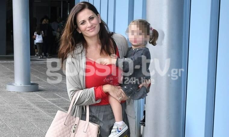 Θεοφανία Παπαθωμά: Το casual look της «Βιολέτας» και η βόλτα με τις κόρες της (Photos)