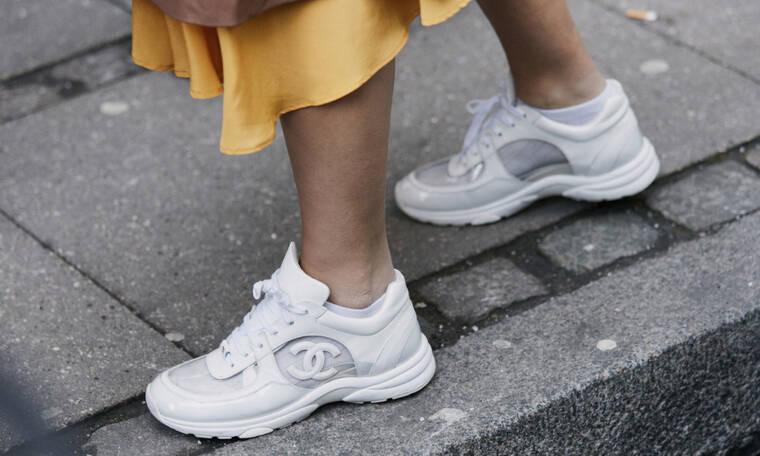 Πώς να καθαρίσεις τέλεια τα λευκά σου παπούτσια τόσο με οδοντόπαστα όσο και με σόδα μαγειρικής