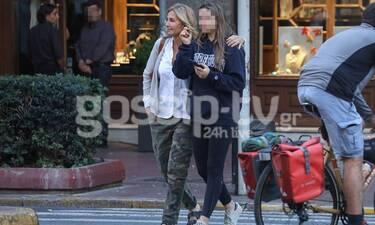 Χαλαρή βόλτα στο Σύνταγμα για τη Μαρέβα Μητσοτάκη και την κόρη της Δάφνη (photos)
