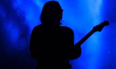 Δύσκολες ώρες για γνωστό τραγουδιστή – Στο «σφυρί» το οικόπεδό του στην Εκάλη