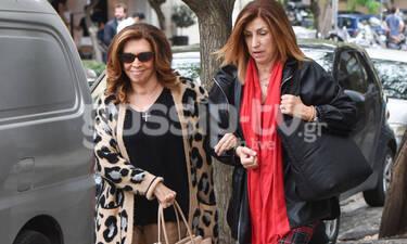 Μιμή Ντενίση: Αγκαζέ με την αδερφή της Σοφία στην Αθήνα (photos)