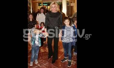 Κατερίνα Καραβάτου: Παντού με τα παιδιά της! Πήγαν στο θέατρο και έκλεψαν τις εντυπώσεις! (Photos)