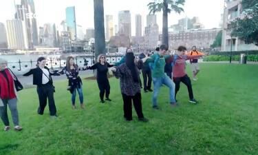 Παντελής και Χρήστος ξεσήκωσαν το Σίδνεϊ για να χορέψει... συρτάκι! Η απίστευτη συνάντηση (video)