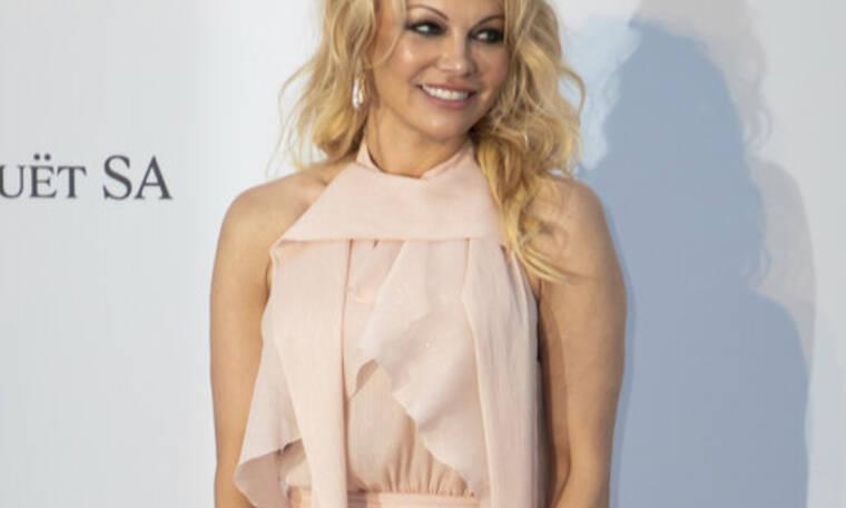 Η Pamela Anderson στα 52 της ποζάρει με ολόσωμο μαγιό και το σώμα της απλά δεν υπάρχει