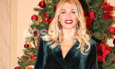 Σπυροπούλου: Η πόζα στο Χριστουγεννιάτικο δέντρο και η λεπτομέρεια στο απίθανο look της (Photos)