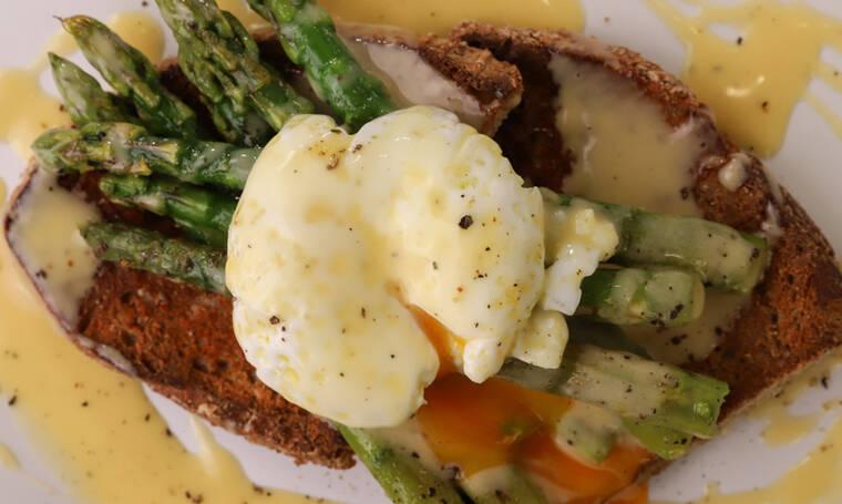 Σάλτσα βουτύρου με σπαράγγια και αυγό ποσέ