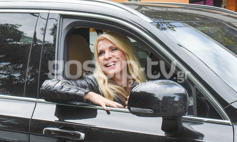 Αναρωτιέστε πού χαμογελάει η Ελένη; Πού να δείτε τι έκανε αμέσως μετά! (photos)