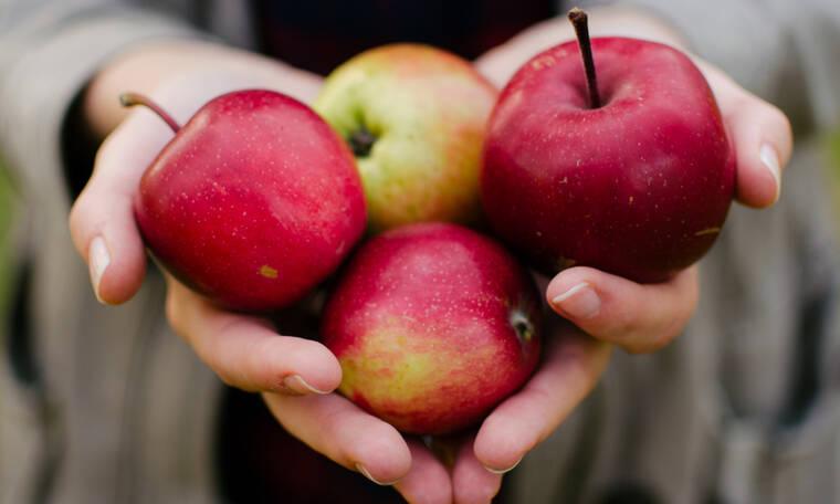 Αυτό είναι το κόλπο για να τρως σωστά το μήλο