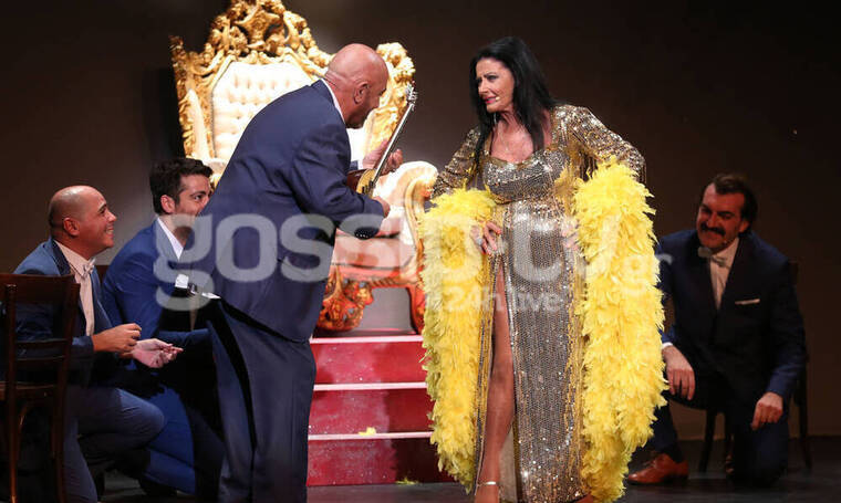 Θέατρο Αθηνά: «Happy Birthday Ελλάς»: Η παράσταση της χρονιάς που πρέπει να δεις (Photos)