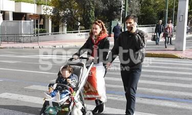 Λένα Παπαληγούρα – Άκης Πάντος: Βόλτα με τον απίθανο γιο τους στο κέντρο της Αθήνας (Photos)