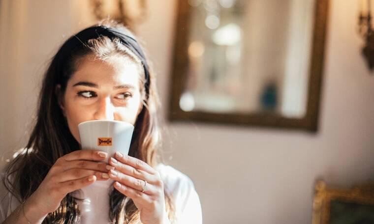 Πέντε επικά gossip που απολαμβάνεις να λες μόνο με μια κούπα καφέ στο σπίτι!